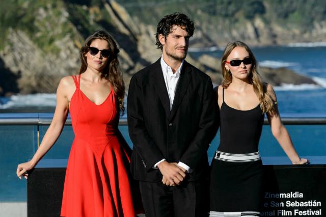 Летиция Каста, Луи Гаррель и Лили-Роуз Депп представили в Испании драму «Честный человек»