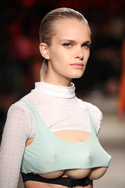 Инопланетный гость: в сети обсуждают трехгрудых моделей на показе в Милане