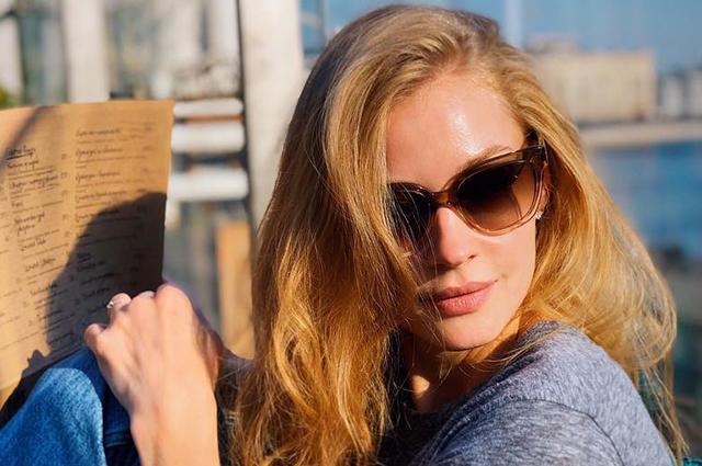 Девушка и море: Светлана Ходченкова отдыхает в Греции