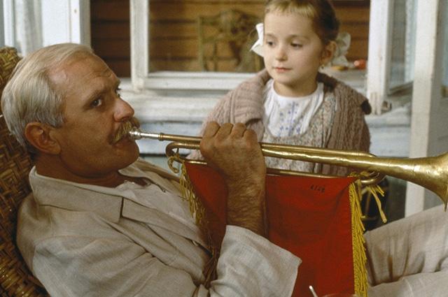 """Никита Михалков с дочерью Надеждой. Кадры из фильма """"Утомленные солнцем"""""""