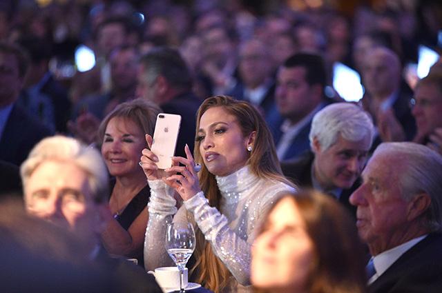 Дженнифер Лопес в мерцающем белом наряде посетила вечер легенд спорта вместе с Алексом Родригесом