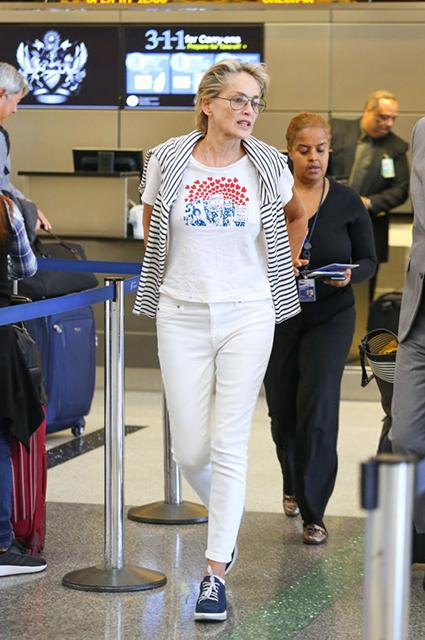Светлый образ: счастливая Шэрон Стоун в аэропорту Лос-Анджелеса