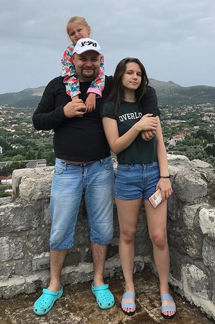 Лиза Хорошилова с отцом и сестрой Аглаей