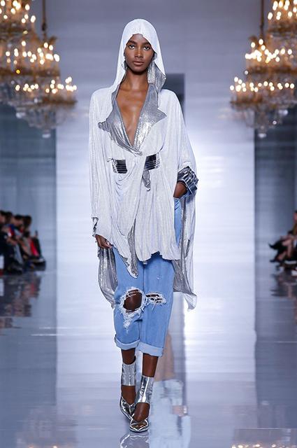 Неделя моды в Париже  Кара Делевинь, Наташа Поли, Елена Перминова и  Алессандра Амбросио на показе Balmain 672f8756048