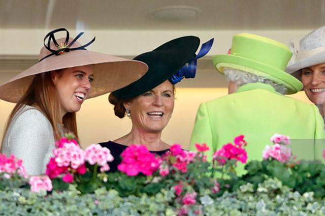 Принцесса Беатрис, Сара Фергюсон и королева Елизавета II