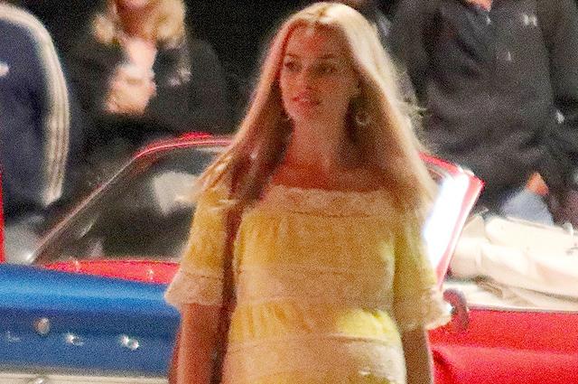 Марго Робби в образе беременной Шэрон Тейт на съемочной площадке фильма «Однажды в Голливуде»