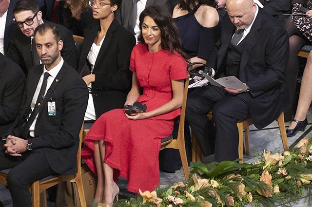 Амаль Клуни в ярком твидовом наряде посетила церемонию вручения Нобелевской премии мира