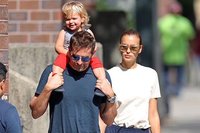 Брэдли Купер и Ирина Шейк гуляют с дочкой по Нью-Йорку на фоне слухов о проблемах в семье