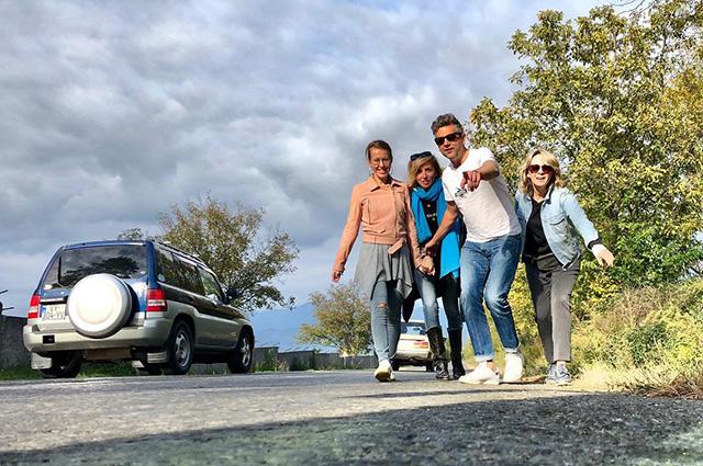 «Друзья, вино и просто красота»: Ксения Собчак и Светлана Бондарчук отдыхают в Грузии