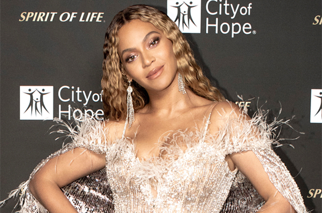 Бейонсе в облегающем платье с перьями выступила на благотворительном концерте