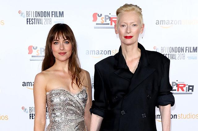 Дакота Джонсон в роскошном серебристом платье развеяла слухи о беременности на премьере фильма «Суспирия» в Лондоне