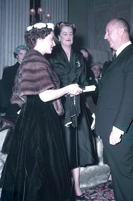 Принцесса Маргарет на встрече с Кристианом Диором, 1954 год