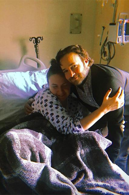 Лена Данэм перенесла очередную операцию и делится откровенными фото из больничной палаты