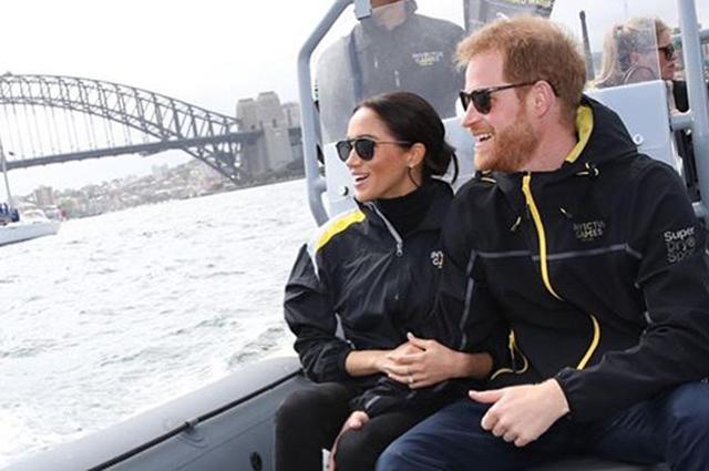 Принц Гарри и Меган Маркл прокатились на лодке и обнялись с яхтсменами