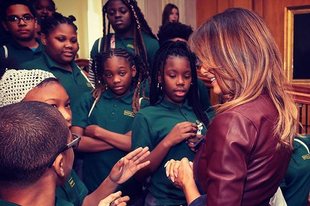 Мелания Трамп со школьниками