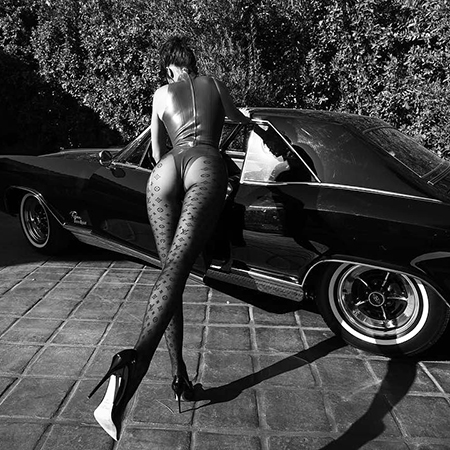 В латексе и капроне: Кендалл Дженнер гуляет с доберманом в новой фотосессии