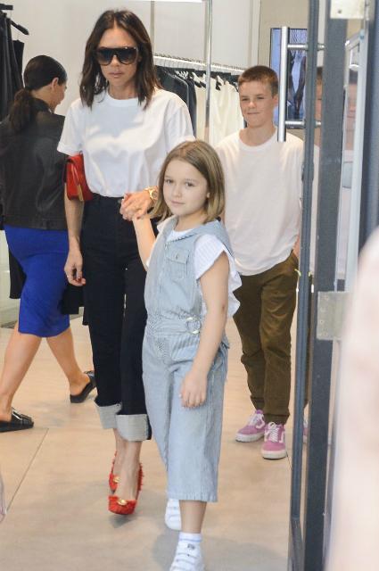 Виктория Бекхэм с дочерью Харпер и сыном Крузом