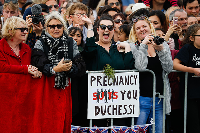 Меган Маркл в платье бюджетной марки и принц Гарри прилетели в Новую Зеландию