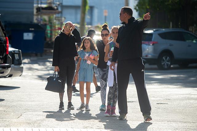 Дженнифер Лопес и Алекс Родригес потренировались в спортзале и сходили в детьми в ресторан