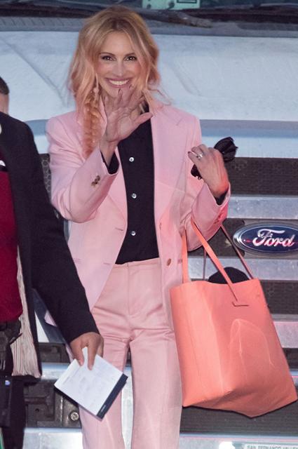 Два новых образа и розовые волосы: Джулия Робертс сменила имидж перед телешоу