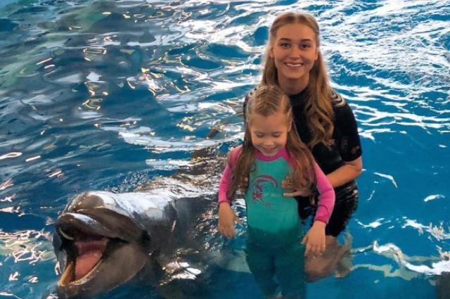 Кристина Асмус и ее четырехлетняя дочь Настя поплавали с дельфинами