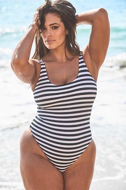 Становится жарко: Эшли Грэм сменила несколько купальников на съемках в Малибу
