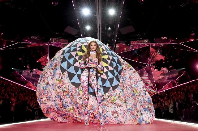 Белла и Джиджи Хадид приняли участие в шоу Victoria's Secret 2018: рассматриваем образы сестер