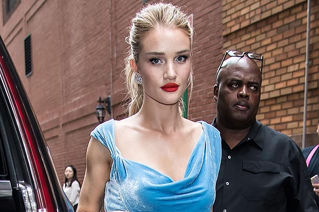 Элегантно и соблазнительно: Рози Хантингтон-Уайтли пришла на показ в голубом бархатном платье