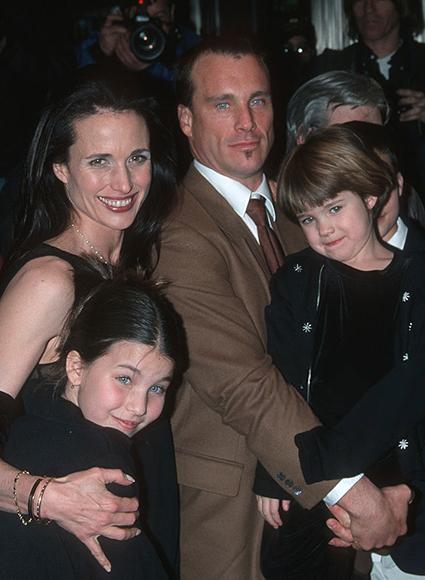 Энди Макдауэлл и Пол Куолли с дочерьми, 1999 год
