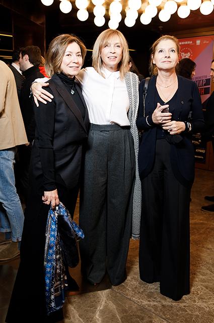Алена Долецкая (в центре)