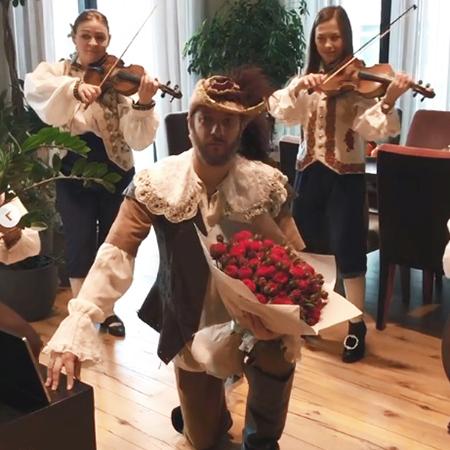 Венец творенья, дивная Оксана: Александр Цыпкин подарил жене серенаду на годовщину
