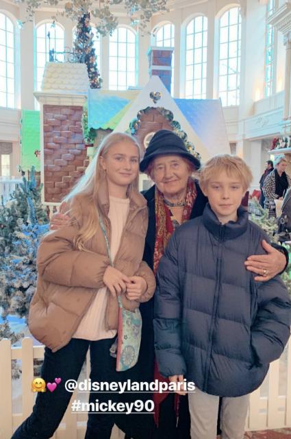 Наталья Водянова провела выходной в парижском Диснейленде вместе с детьми и бабушкой