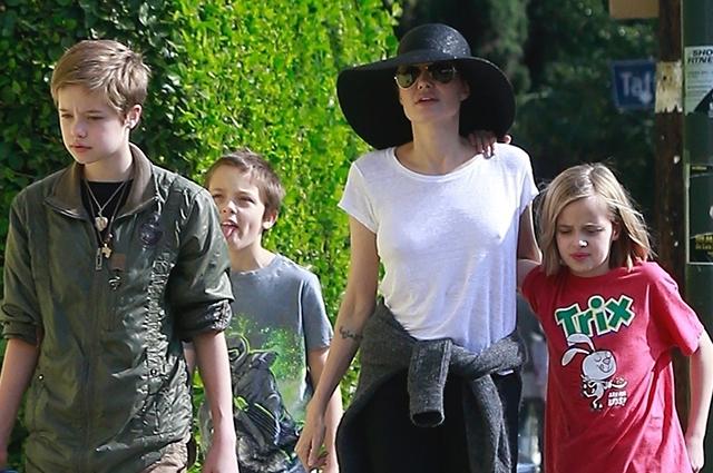 Анджелина Джоли в широкополой шляпе вышла на прогулку с младшими детьми