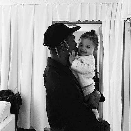 Возлюбленный Кайли Дженнер Трэвис Скотт с их общей дочерью Сторми
