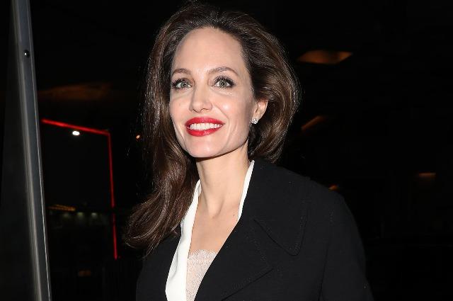 Анджелина Джоли в белом платье и с красной помадой посетила кинофестиваль в Лондоне