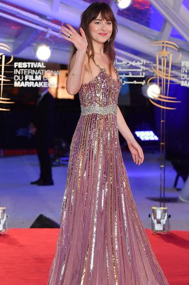 Дакота Джонсон в блестящем платье и Роберт Паттинсон на открытии кинофестиваля