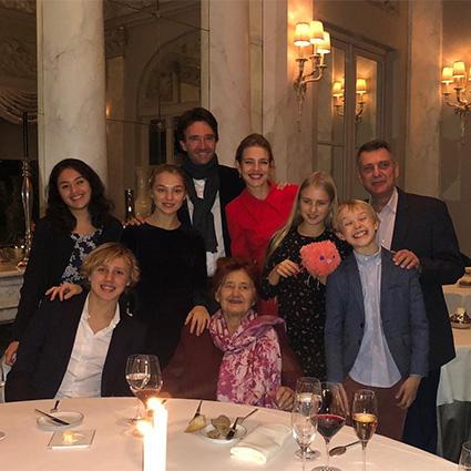 Наталья Водянова с семьей на праздновании 89-летия бабушки