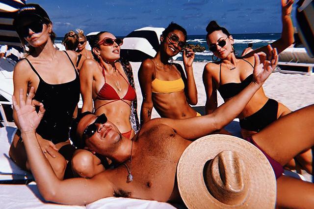 Кэндис Свейнпол отдыхает в Майами и делится соблазнительными снимками в бикини