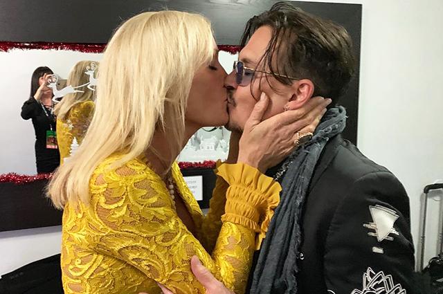 Джонни Депп заинтриговал фанатов страстным поцелуем с таинственной блондинкой