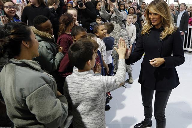 Мелания Трамп в рокерском образе встретилась с детьми военнослужащих