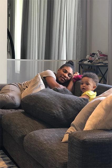 Рука об руку: Серена Уильямс поделилась фото с дочерью с пляжной прогулки