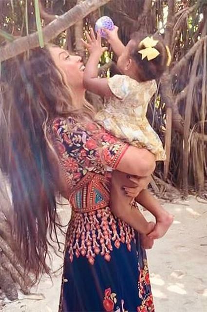 Бейонсе опубликовала редкие снимки младших детей Руми и Сэра