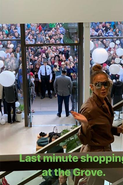 Дженнифер Лопес и Алексу Родригесу устроили персональный шопинг в закрытом торговом центре