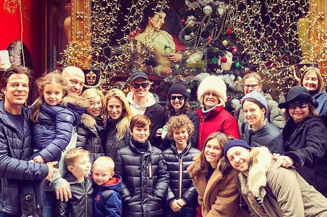 Дарья Жукова отметила католическое Рождество с детьми и Дереком Бласбергом