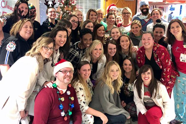 Дженнифер Лоуренс посетила детскую больницу и поздравила маленьких пациентов с праздниками
