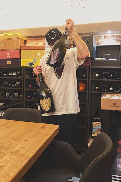 Какой Новый год без шампанского — Маттел Кампесато выбирает, конечно, Dom Perignon