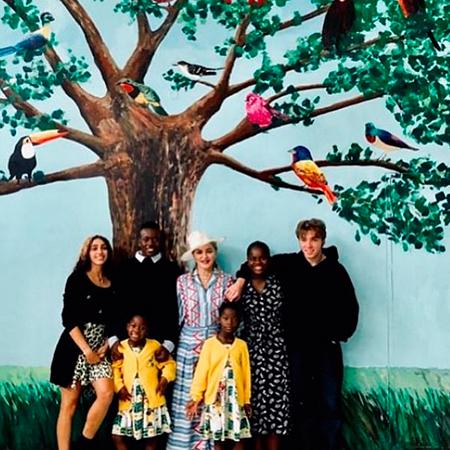 «Веселого Рождества от Мамбо и четырех ее единорогов»: Мадонна показала редкое фото с детьми