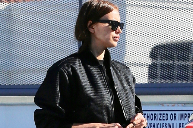В образе total black: Ирина Шейк на шопинге в Лос-Анджелесе