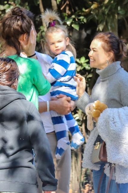 Ирина Шейк и Брэдли Купер вместе с дочкой проводили сестру модели Татьяну домой в Россию