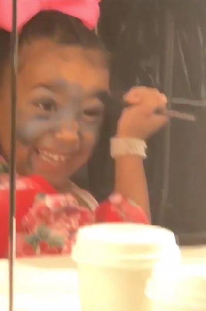 Пятилетняя Норт Уэст рекламирует косметику своей мамы Ким Кардашьян